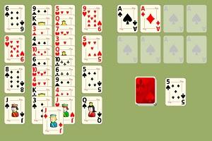 Задача играющего состоит в формировании правильной последовательности карт на основаниях.